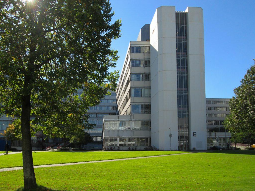 Außenansicht der Universität Bielefeld bei gutem Wetter. Der sogenannte E-Zahn. Foto von Konstanze Rosenbaum.