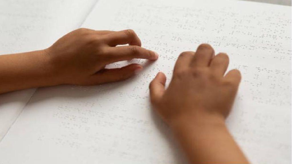 Hände, die Blindenschrift ertasten. Quelle: pixabay